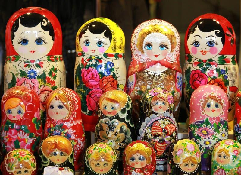 Viele traditionellen russischen matryoshka Puppen als Andenken lizenzfreie stockfotografie