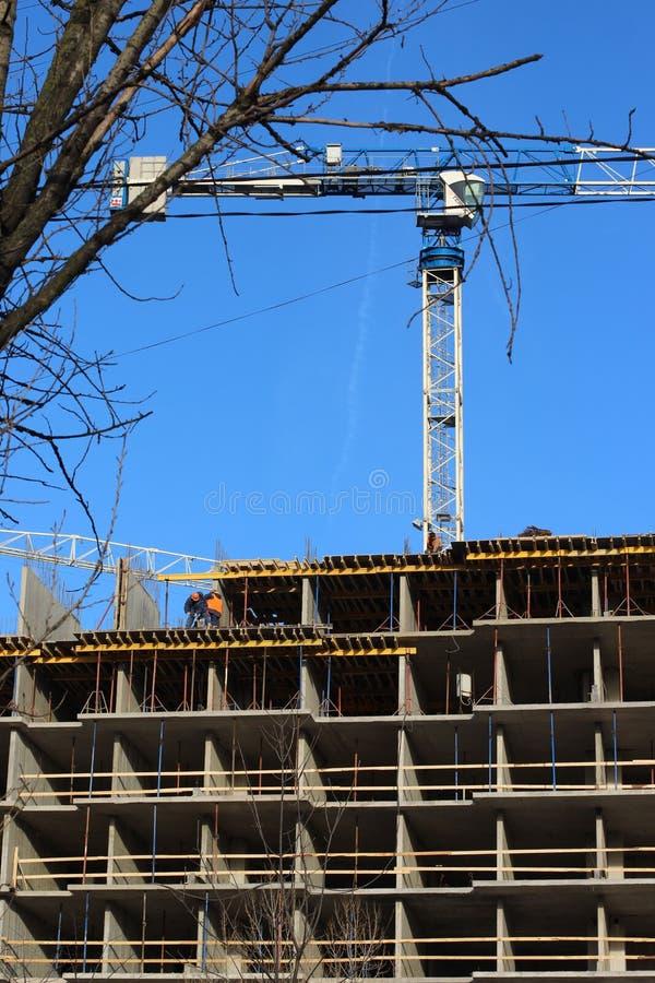 Viele Turm Baustelle mit Kränen und Gebäude mit Hintergrund des blauen Himmels stockbild