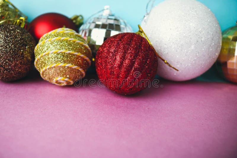 Viele unterschiedliches mehrfarbiges glänzendes Weihnachtsdekorativen schönen Weihnachtsfestlichen Weihnachtsbälle, Weihnachtsbau lizenzfreie stockfotos