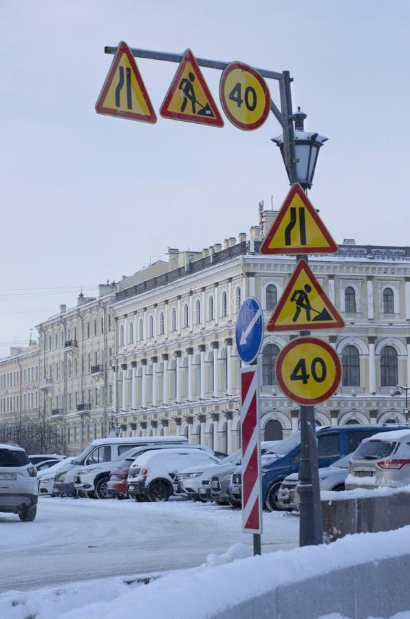 Viele Verkehrsschilder herein die Stadt stockfotos