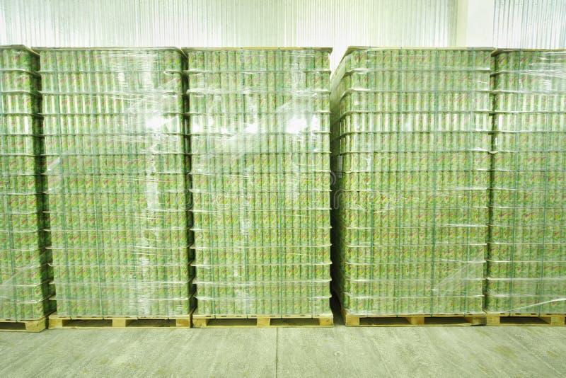 Viele verpackten Dosen mojitos in Ochakovo-Fabrik stockfotografie