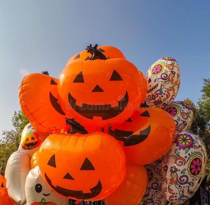 Viele verschiedenen Ballone für die Halloween-Partei stockfotografie