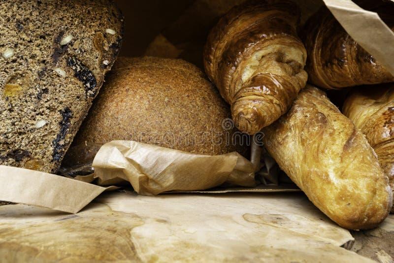 Viele verschiedenen Brote auf einem hölzernen Brett stockbilder