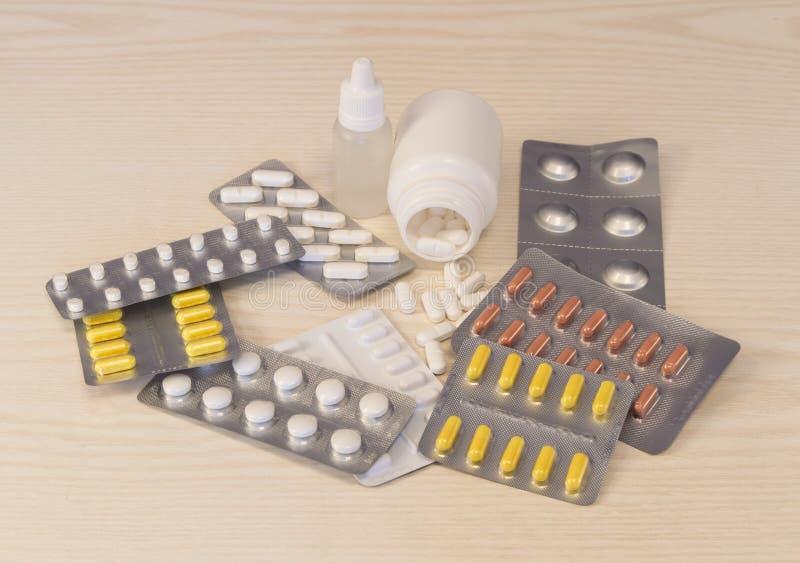 Viele verschiedenen Pillen, die auf dem Tisch liegen stockfoto