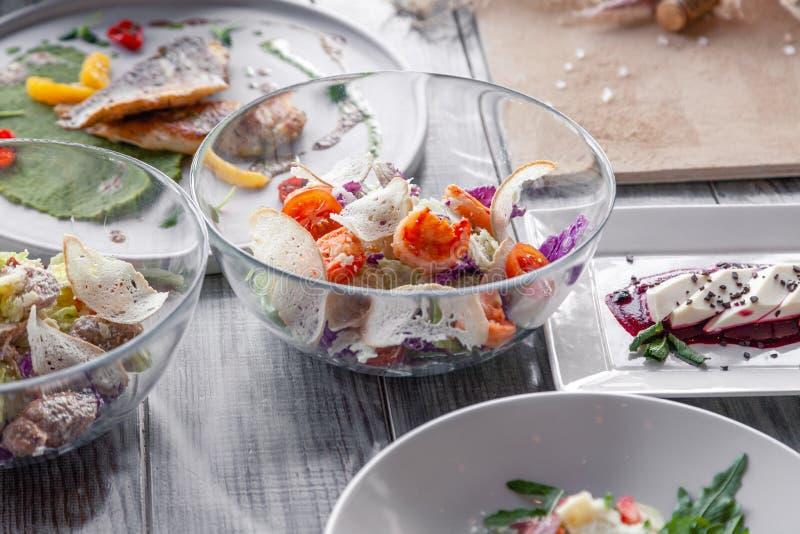 Viele verschiedenen Teller, Fische, Salate dienten auf Restauranttabelle Konzeptbankett, Buffet, Partei, versuchendes neues Men? stockfoto