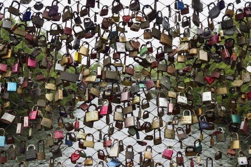 Viele Verschlüsse ohne die Schlüssel, die an einer Brücke in Graz, Österreich hängen Verschl?sse verlie?en durch Leute in der Lie stockfoto