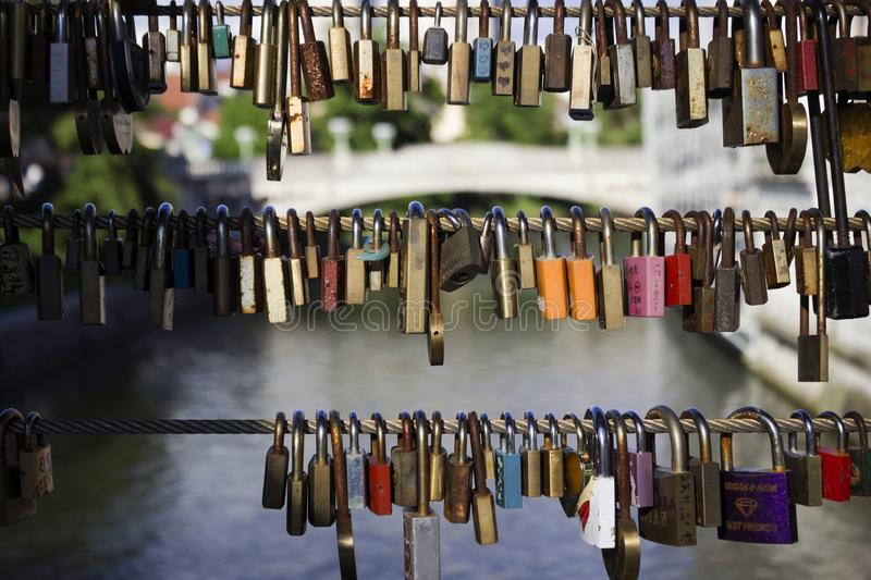 Viele Verschlüsse ohne Schlüssel hängen an einer Brücke in Ljubljana, Slowenien Verschlüsse verließen durch Leute in der Liebe, e stockfoto