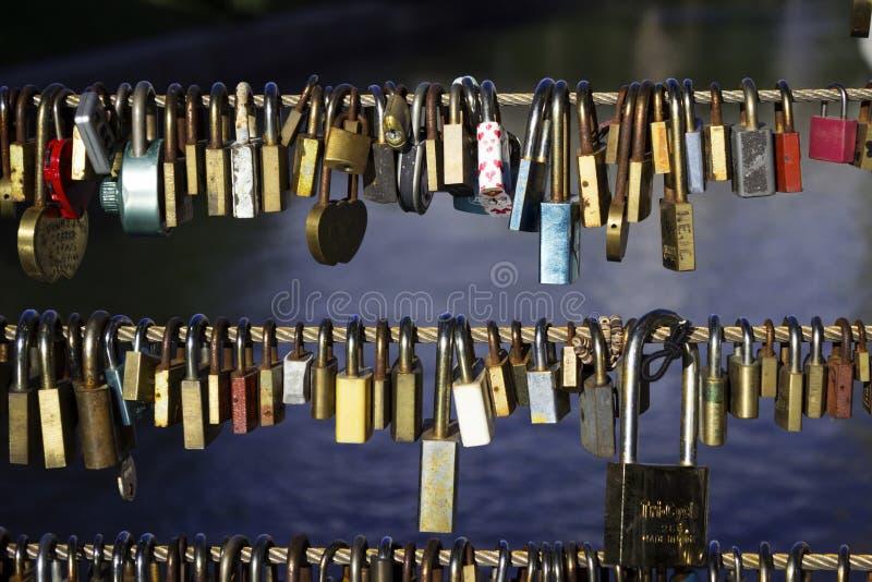 Viele Verschl?sse ohne Schl?ssel h?ngen an einer Br?cke in Ljubljana, Slowenien Verschl?sse verlie?en durch Leute in der Liebe, e stockfotos