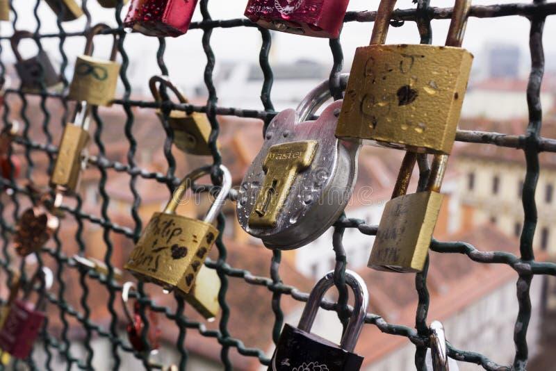 Viele Verschl?sse ohne Schl?ssel h?ngt einen Zaun nahe dem Schlossh?gel im Hintergrund der Stadt von Graz, ?sterreich Verschl?sse stockbilder