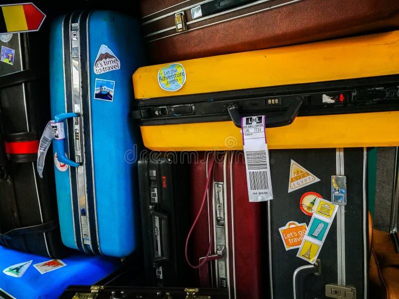 Viele von altem Gepäck und von Gepäck der Retro- Weinlese zusammen gestapelt lizenzfreies stockfoto