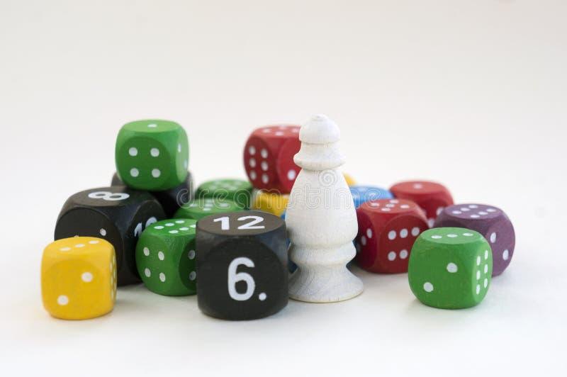 Viele von buntem würfelt für Brettspiele, Tischplattenspiele oder RPG auf hellem Hintergrund stockfotografie