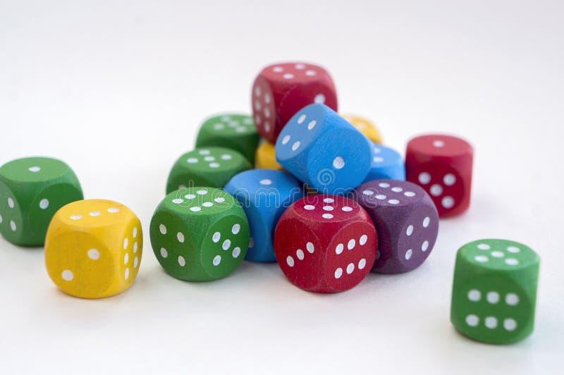 Viele von buntem würfelt für Brettspiele, Tischplattenspiele oder RPG auf hellem Hintergrund lizenzfreies stockfoto