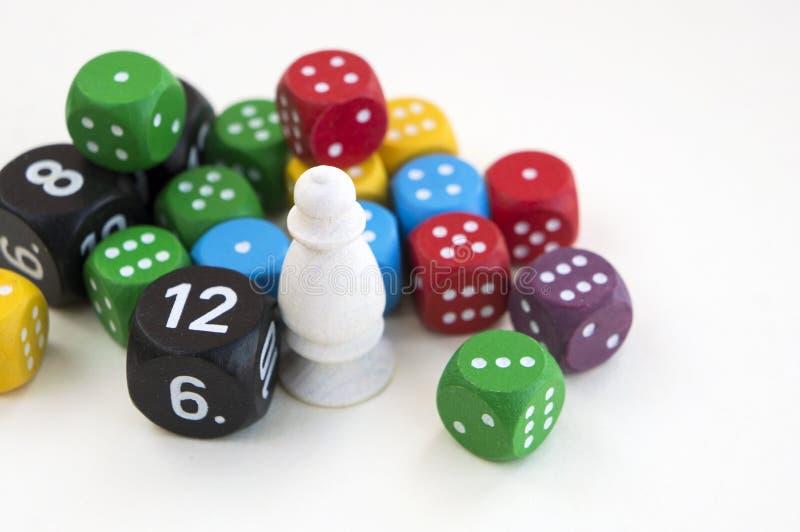 Viele von buntem würfelt für Brettspiele, Tischplattenspiele oder RPG auf hellem Hintergrund lizenzfreie stockfotografie