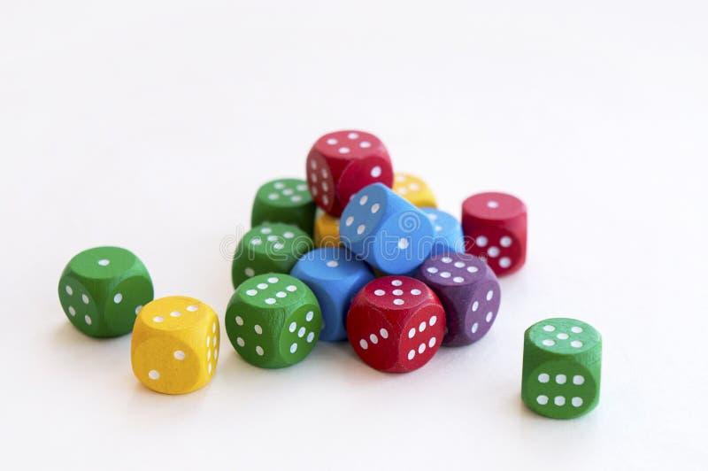 Viele von buntem würfelt für Brettspiele, Tischplattenspiele oder RPG auf hellem Hintergrund stockbild