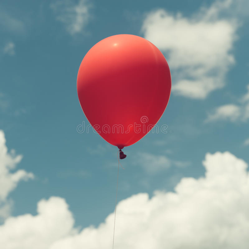 Viele von bunten Ballonen auf dem blauen Himmel, von Konzept der Liebe im Sommer und von Valentinsgruß, stockbild