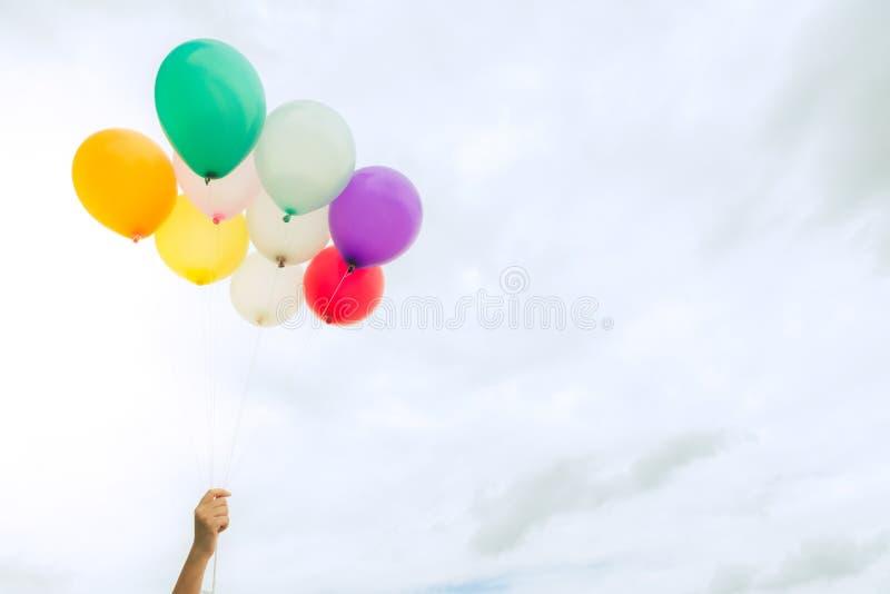 Viele von bunten Ballonen auf dem blauen Himmel, von Konzept der Liebe im Sommer und von Valentinsgruß, Heiratsflitterwochen lizenzfreies stockbild