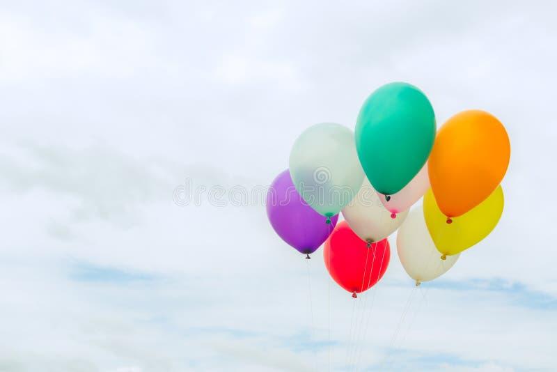 Viele von bunten Ballonen auf dem blauen Himmel, von Konzept der Liebe im Sommer und von Valentinsgruß, Heiratsflitterwochen lizenzfreie stockfotos