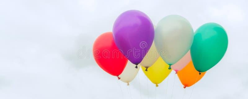 Viele von bunten Ballonen auf dem blauen Himmel, von Konzept der Liebe im Sommer und von Valentinsgruß, Heiratsflitterwochen - pa lizenzfreie stockfotografie