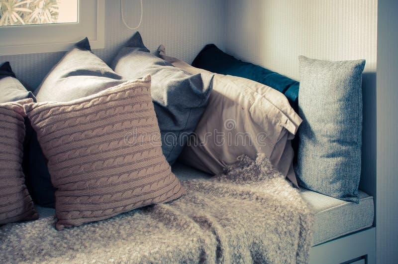 Viele Von Kissen Auf Sofa Mit Decke Im Wohnzimmer Zu Hause