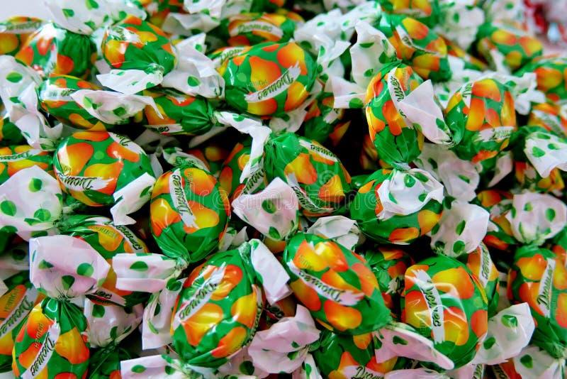 Viele von Süßigkeit in einem Grün und in einer gelben Verpackung lizenzfreie stockfotografie