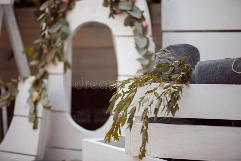 Viele Weiß gemalten hölzernen Käfigkästen, einige mit dekorativen Kerzen, rollten Decken und inländische Anlagen lizenzfreie stockbilder
