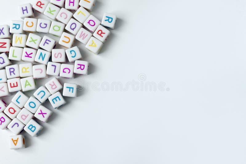 Viele Weißwürfel mit Buchstaben auf einem weißen Hintergrund lizenzfreies stockbild