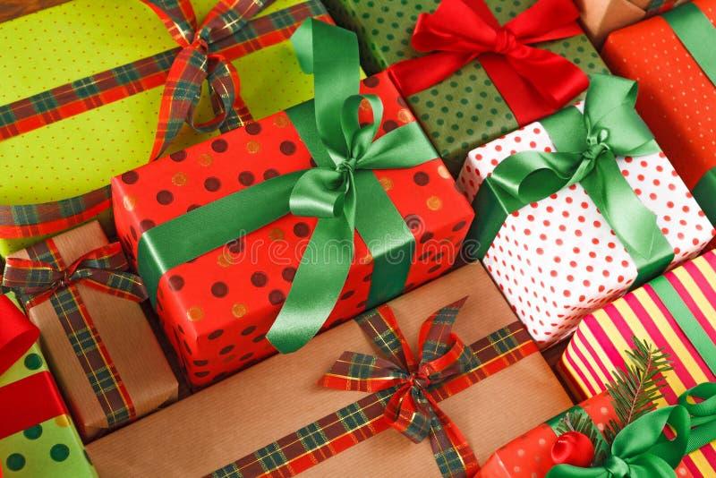 Viele Weihnachtsgeschenkboxen Stilvolle moderne Geschenke in farbigem Papier Ernte, Abschluss oben lizenzfreie stockfotografie