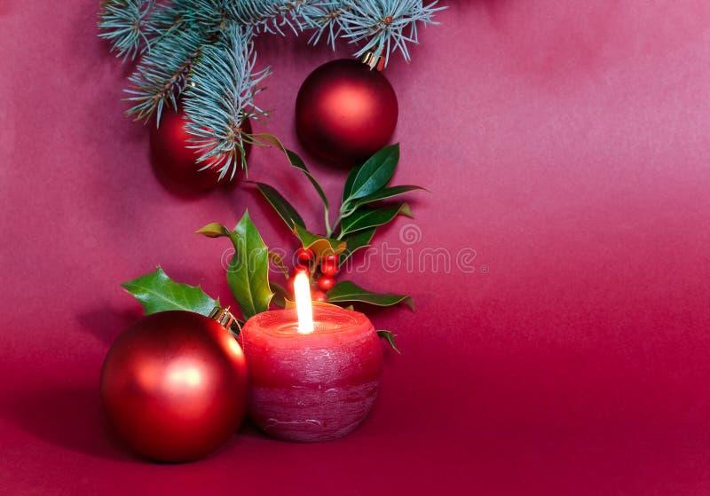Viele Weihnachtskerzen und -flitter auf Rot lizenzfreies stockfoto