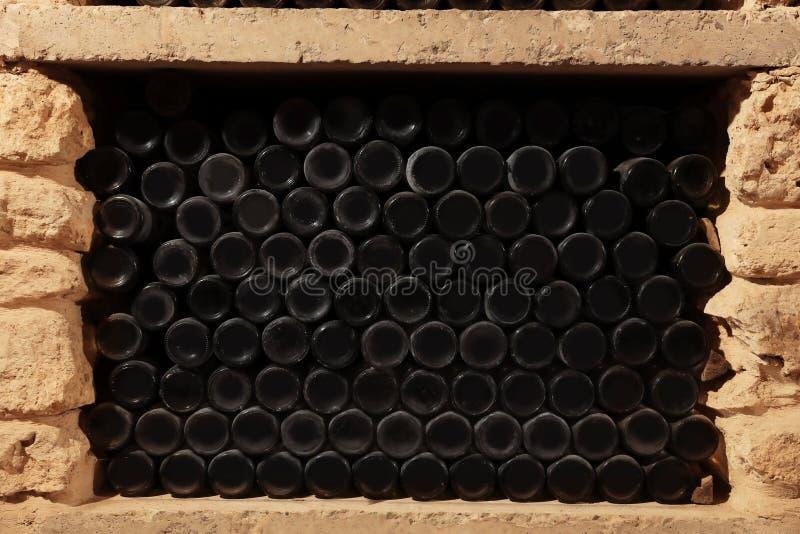 Viele Weinflaschen auf Regal lizenzfreie stockfotografie