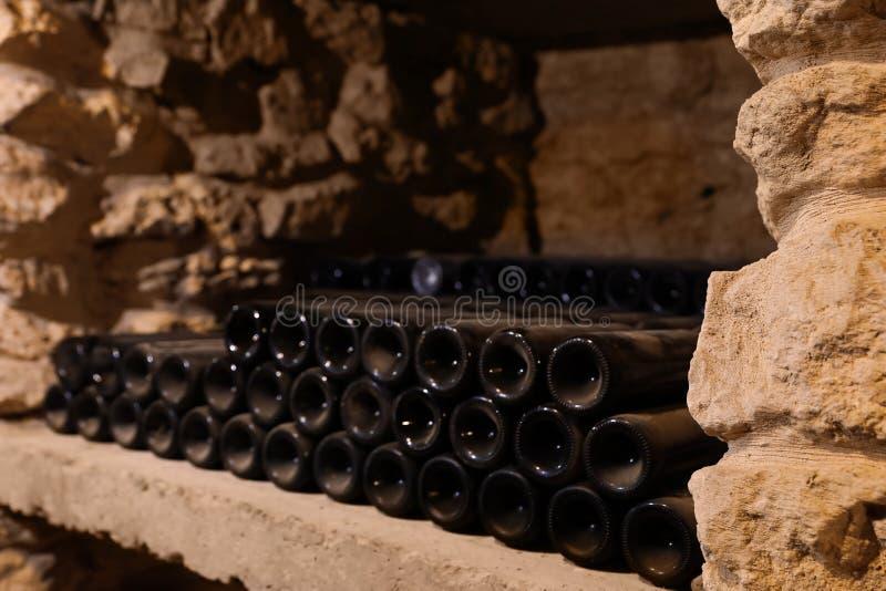 Viele Weinflaschen auf Regal lizenzfreie stockbilder