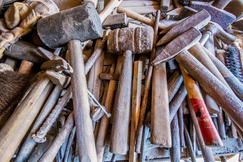 Viele Werkzeuge in einer traditionellen Werkstatt stockfotografie
