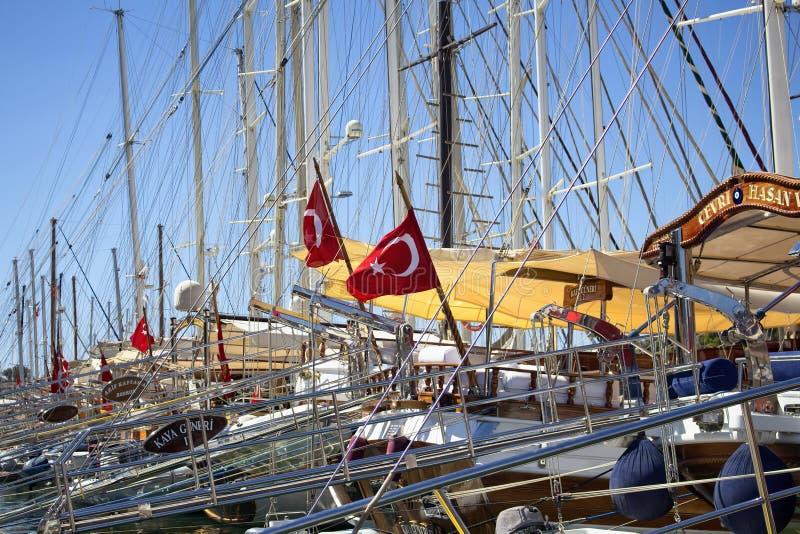 Viele Yachten geparkt an Bodrum-Jachthafen lizenzfreie stockfotos