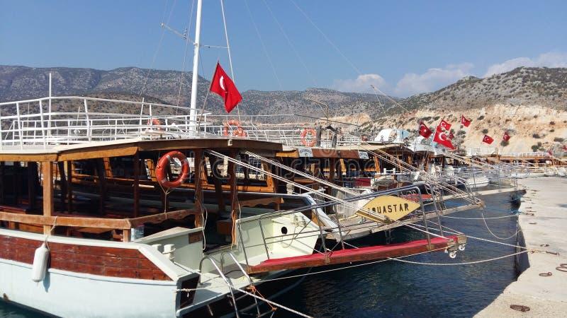 Viele Yachten mit türkischen Flaggen auf dem Hintergrund von Bergen im Ägäischen Meer stockfotos