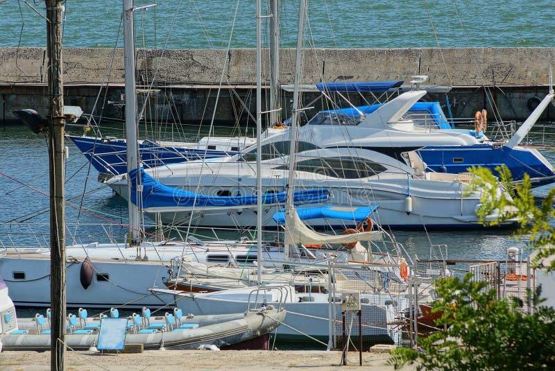 Viele Yachten und Boote am Pier auf dem Meer lizenzfreies stockfoto