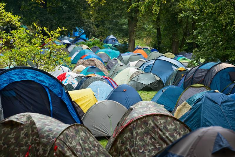 Viele Zelte in der Natur stockfoto