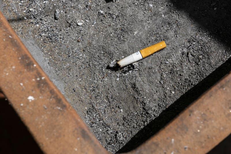 Viele Zigarettenkippen im schmutzigen Aschenbecher, rauchend ist für yo schlecht lizenzfreie stockbilder