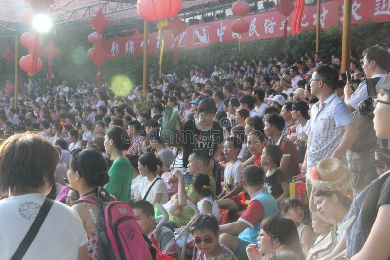 Viele Zuschauer in den Ständen in Shenzhen-Volksdorf parken lizenzfreies stockbild