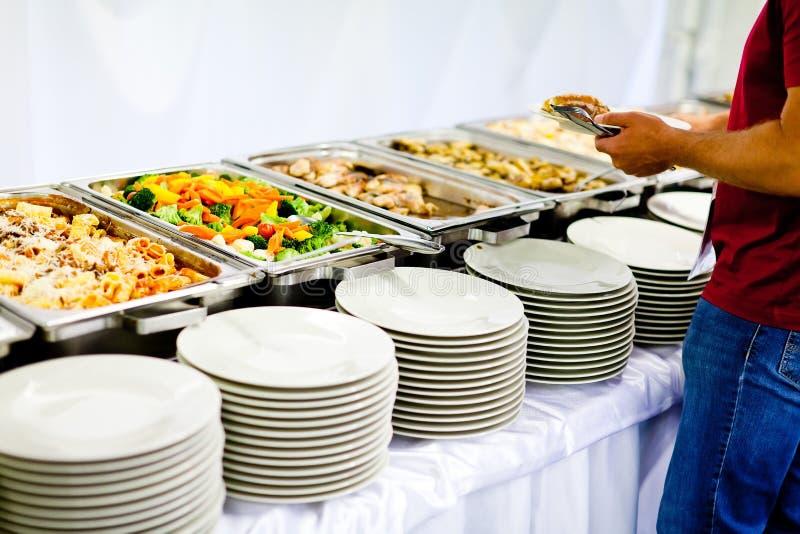 Vielfalt der Nahrung und der leeren Platten stockbilder