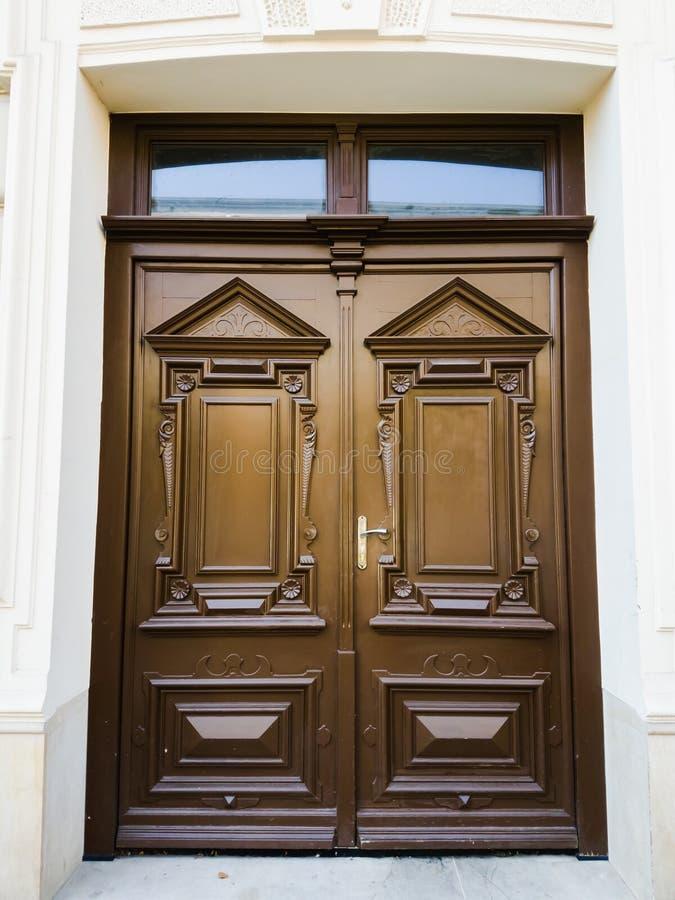 Vielle porte en bois brun dans la vieille ville européenne photos libres de droits