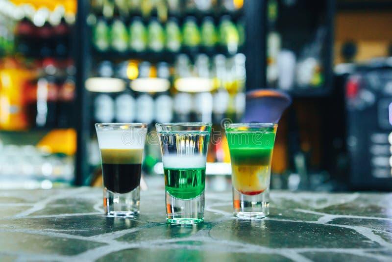 Vielschichtiges brennendes Cocktail auf Bar Alkoholische kurze Cocktails auf der Bar lizenzfreies stockfoto