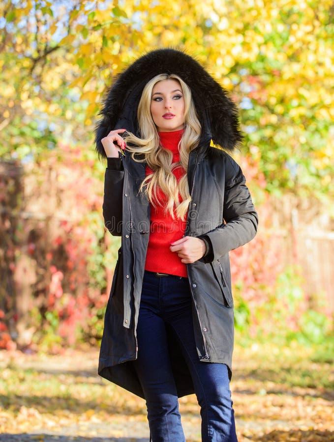 Vielseitiges Funktions- und stilvoll Mädchenabnutzungsparka während Wegpark Pufferjacke mit Haube Frau tragen Schwarzparkapelz lizenzfreie stockfotos