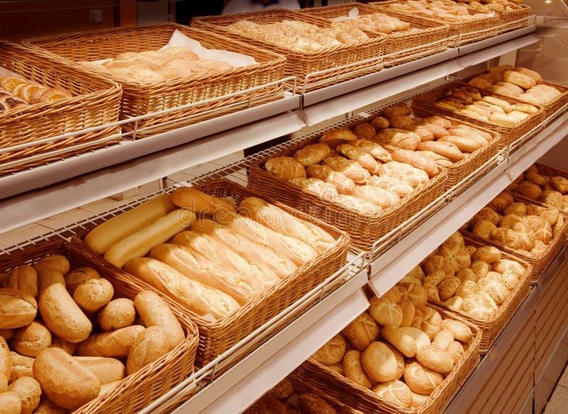 Vielzahl der gebackenen Produkte an einem Supermarkt stockfotografie