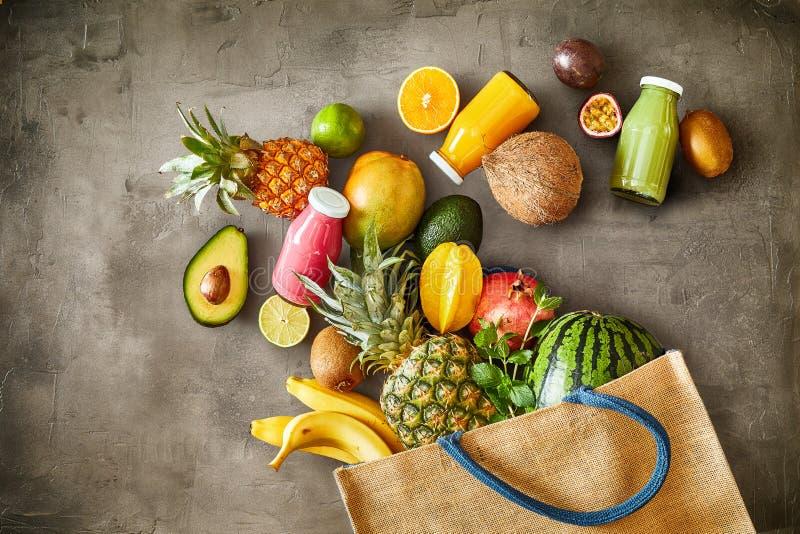 Vielzahl der reifen tropischen Sommerfrucht mit Säften stockbild