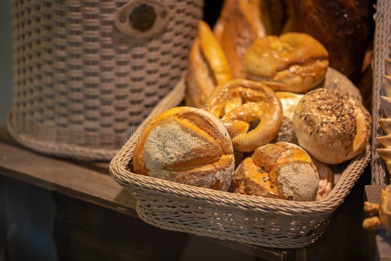 Vielzahl des frischen Brotes in einem Supermarkt lizenzfreies stockbild