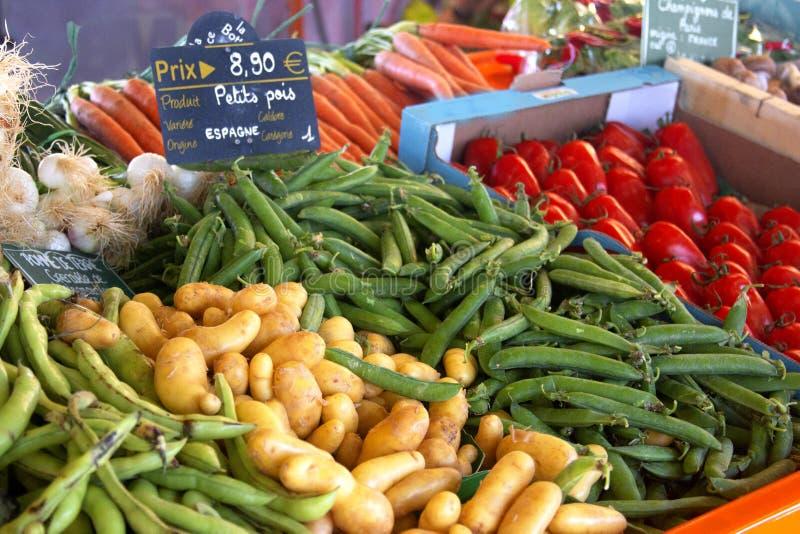 Vielzahl des frischen organischen Gemüses auf Landwirtmarkt stockbilder