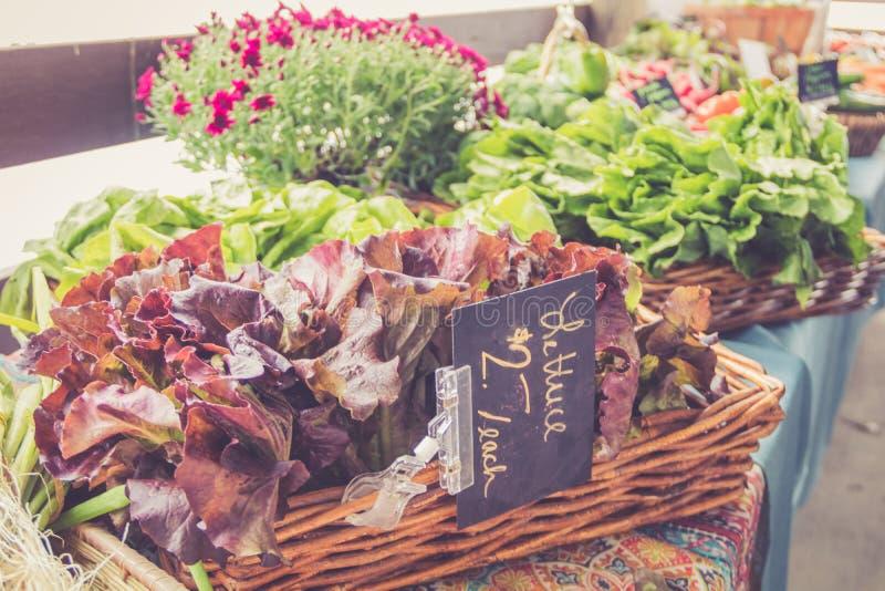 Vielzahl des Kopfsalates für Verkauf in den Körben am Landwirt ` s Markt für Fallernte lizenzfreies stockbild