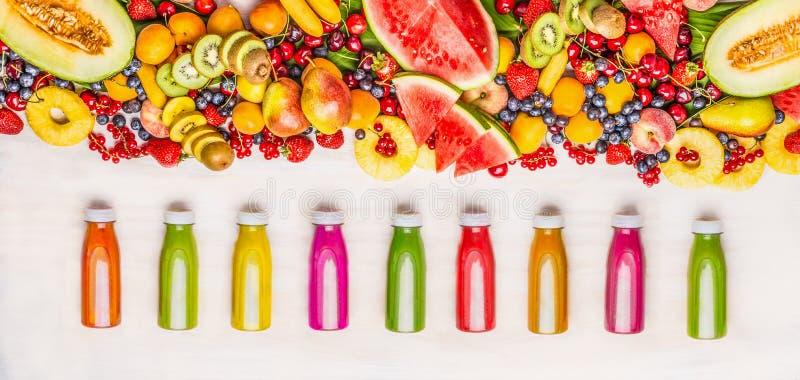 Vielzahl von bunten Smoothies und von Saftgetränken in den Flaschen mit verschiedenen frischen organischen Früchten und Beerenbes stockbild