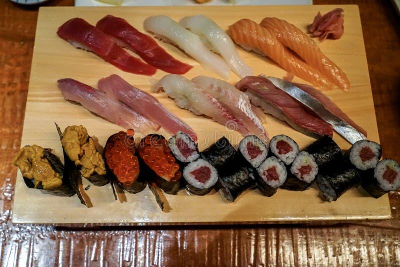 Vielzahl von frischen Meeresfrüchtesushi diente auf hölzerner Servierplatte mit g stockfotos