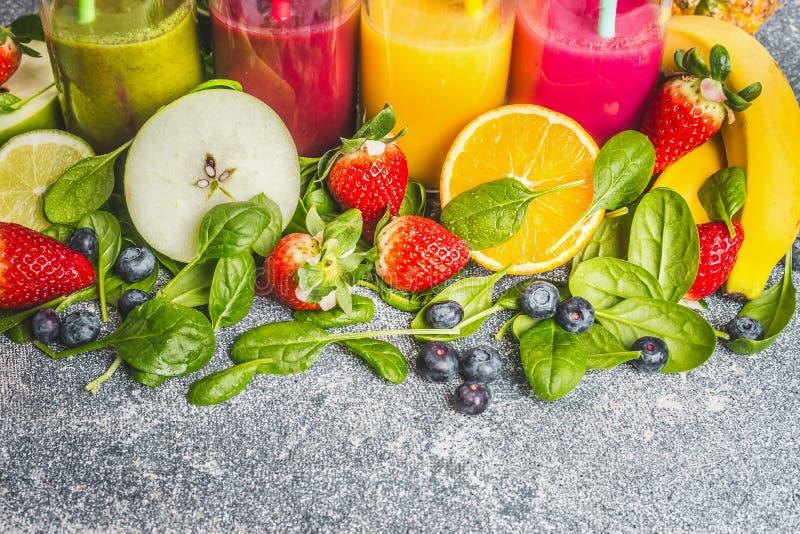 Vielzahl von frischen organischen Bestandteilen für bunte Smoothies oder die Saftherstellung stockbilder