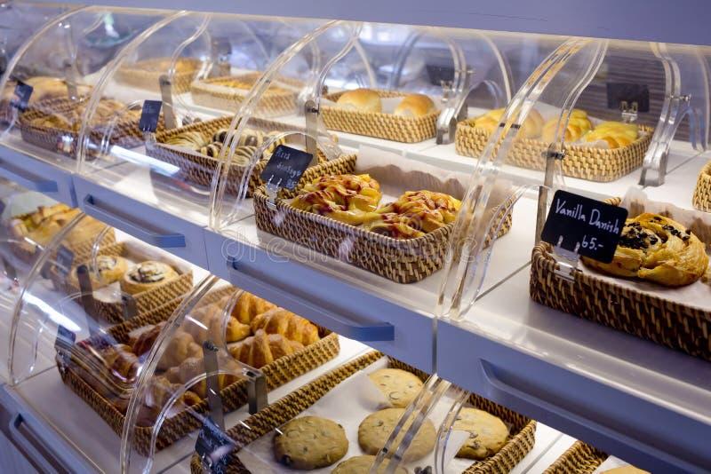 Vielzahl von gebackenen Produkten in den Körben mit Brotnamen und Preis O lizenzfreie stockfotografie